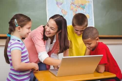 institutrice et élèves autour d'un ordinateur