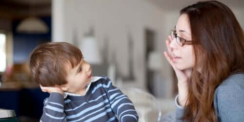 Une mère et un enfant discutant