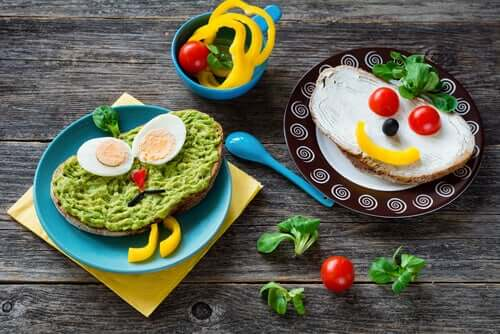 Un repas végétarien avec des tartines d'avocat et de légumes.
