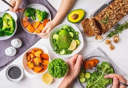 Assiettes de légumes et graines.