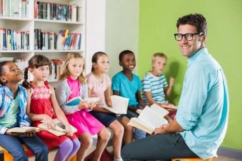 instituteur faisant la lecture à ses élèves