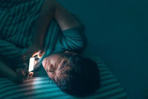 Les conséquences d'un mauvais sommeil à cause du téléphone au lit.