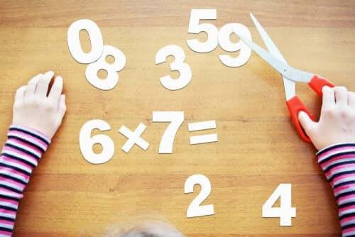 Opérations de mathématiques avec des chiffres découpés dans du papier