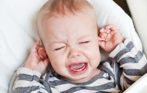bébé qui pleurent à cause d'une douleur aux oreilles