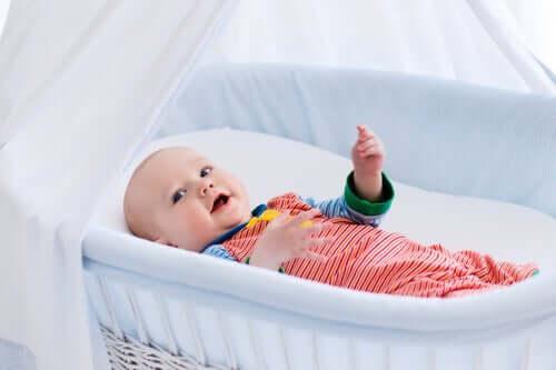 Un bébé dans son landeau