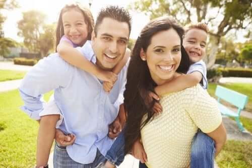 Un couple avec deux enfants.