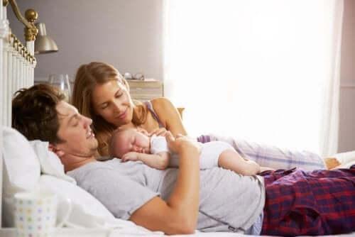 Un couple avec un bébé et la représentation légale des enfants mineurs