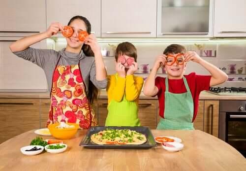 enfants cuisinant une pizza