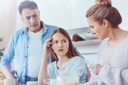 Une ado se disputant avec ses parents.