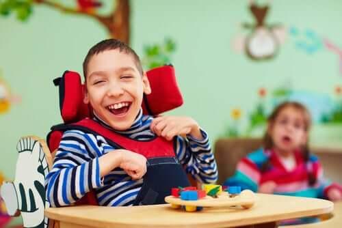 Un enfant handicapé souriant