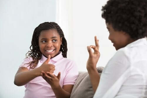 Enfant atteint de surdité en train de communiquer.