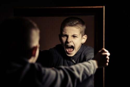 Enfant qui hurle seul face à un miroir