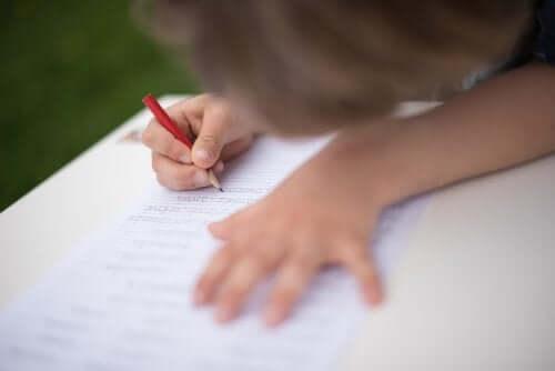 Un enfant qui fait des lignes d'écriture.