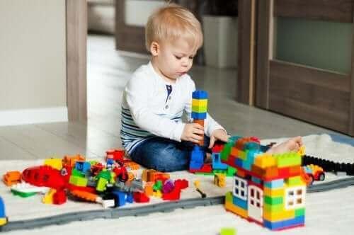 Un enfant qui joue avec un jeu de construction.