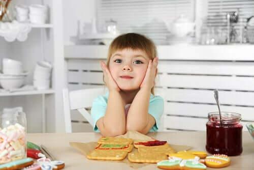 Une petite fille qui mange son goûter