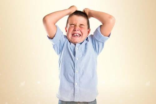 Enfant qui pique une colère.