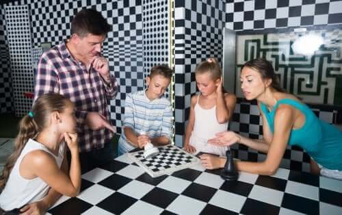 Enfants et parents dans un escape-game