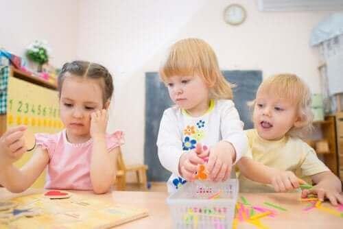 Trois enfants qui jouent ensemble.