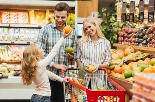 Petite fille qui fait les courses avec ses parents