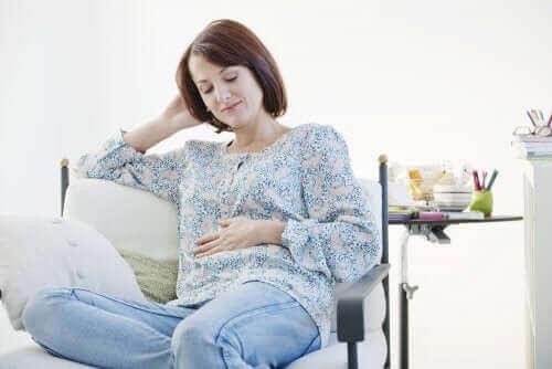 Une femme assise et enceinte