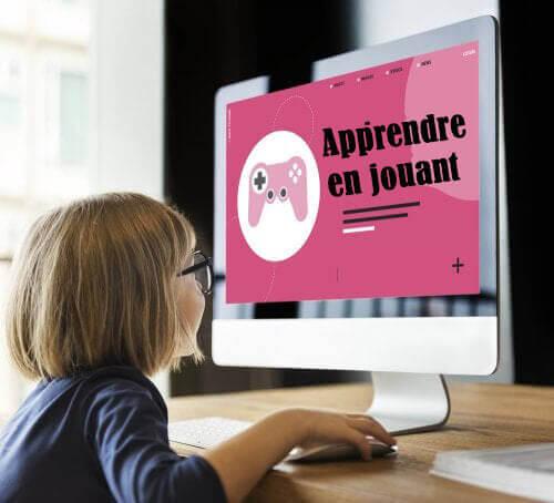 Une fille apprenant sur un ordinateur