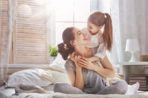 Une mère et sa fille qui se font un câlin
