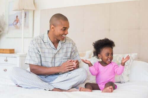 Une fille et son père  le développement affectif chez l'enfant.