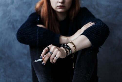 adolescente fumant une cigarette