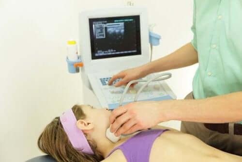 Un médecin réalise une échographie à une petite fille
