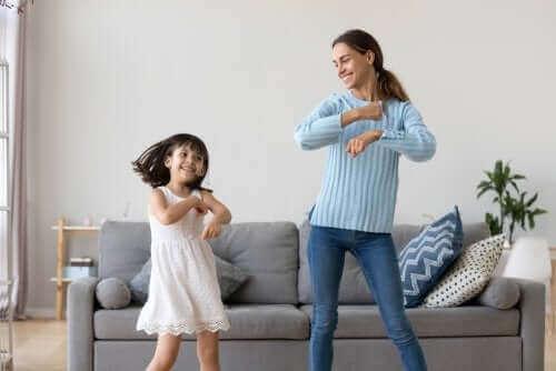 enfant et adulte dansant