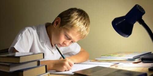 Un enfant qui étudie sur un bureau