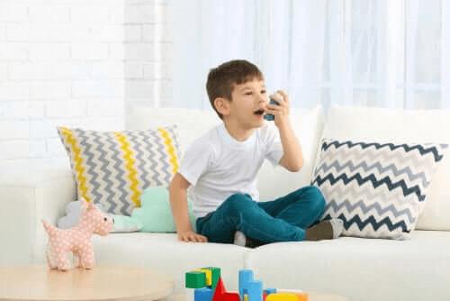 enfant utilisant un inhalateur
