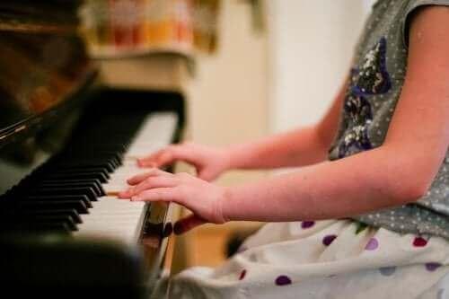 Un enfant jouant du piano