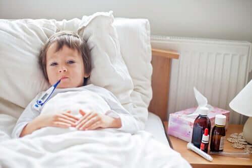 Petit garçon au lit ayant de la fièvre