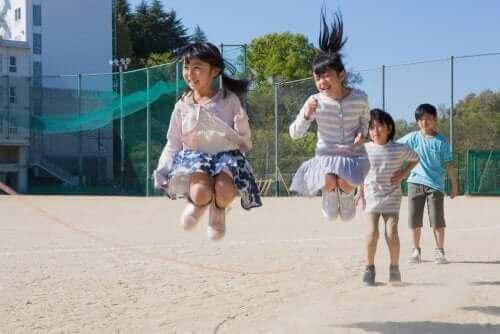 enfants qui sautent à la corde
