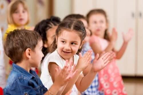 Des enfants applaudissent