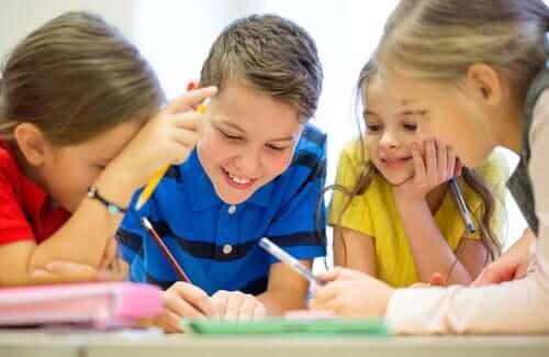 Des enfants qui travaillent dans le cadre de dynamiques de groupe
