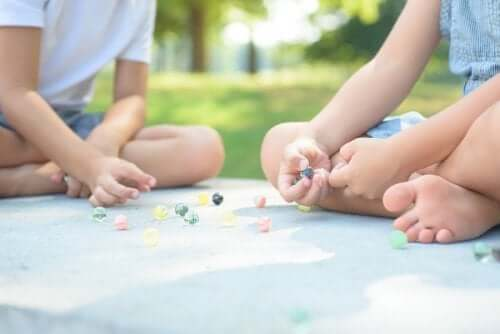 Des enfants jouent aux billes