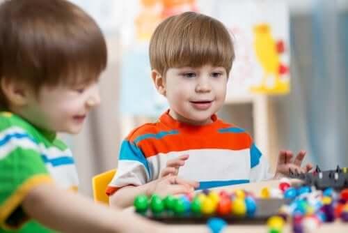 Des enfants jouent ensemble