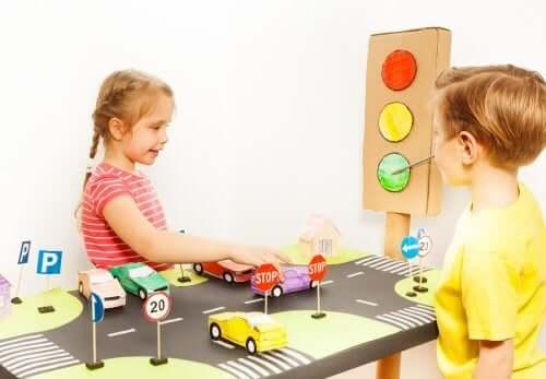 Des enfants en pleine éducation routière
