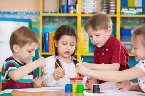 Un groupe d'enfants peignent