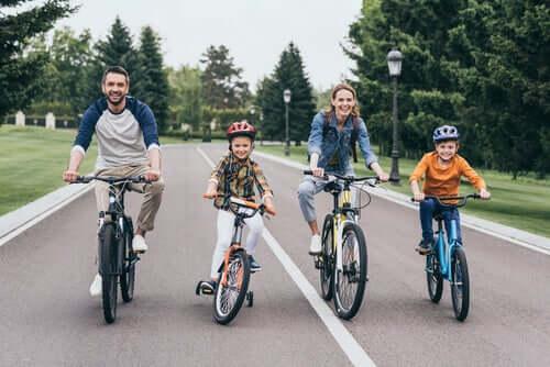 Une famille fait du vélo