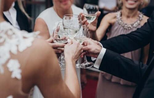 Personnes trinquant à un mariage