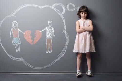 Une fille pense à sa famille séparée