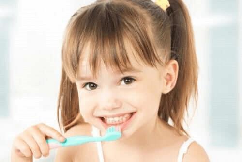 fille se brossant les dents