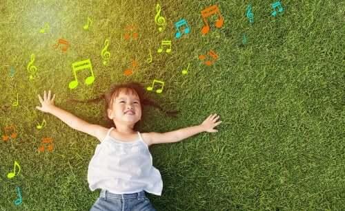 Une fille joue en plein air