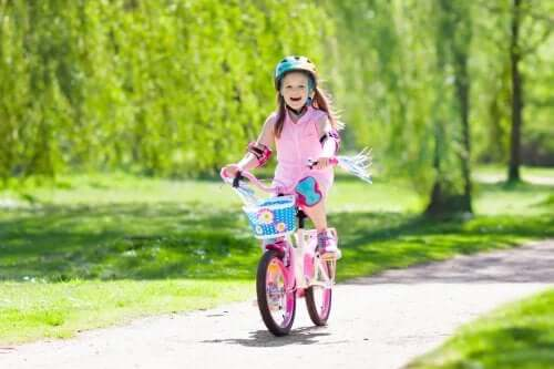 Pourquoi conseille-t-on d'apprendre aux enfants à faire du vélo ?