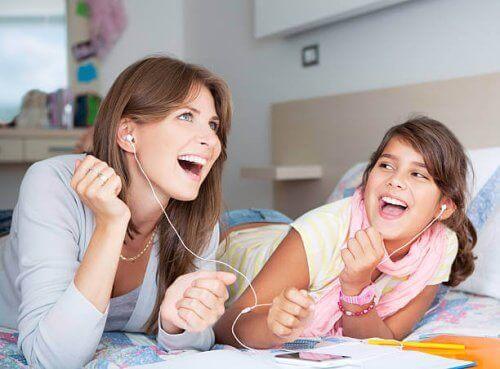 Une fillette qui écoute de la musique avec sa mère