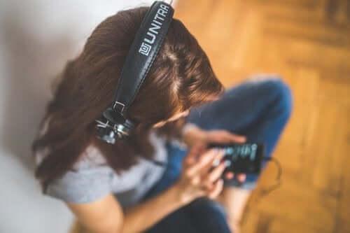 Une jeune fille qui écoute de la musique au casque