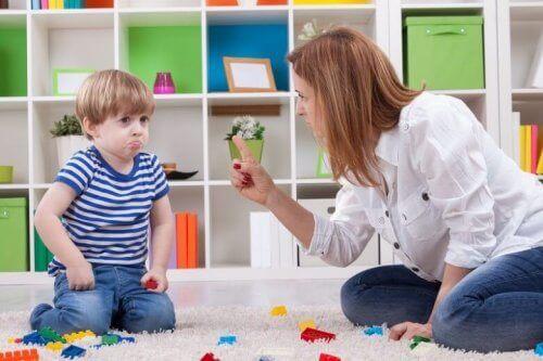 Une mère met des limites à son fils